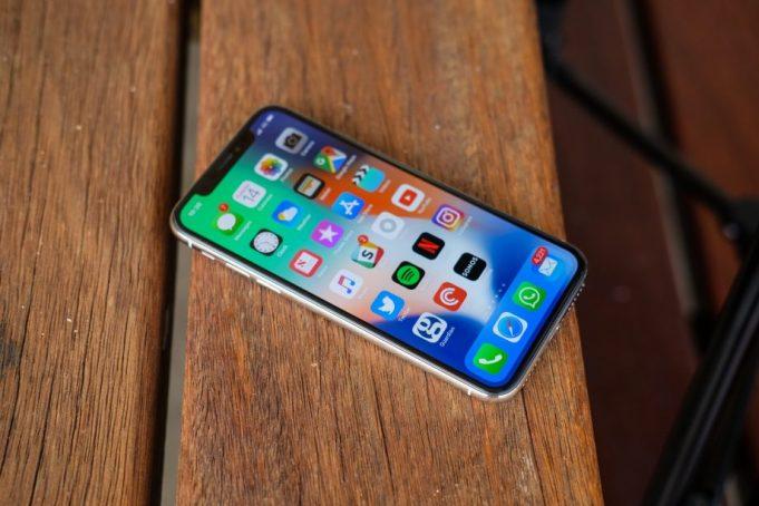 Apple планирует продать вдвое меньше новых iPhone с экранами OLED, чем изначально планировалось продать iPhone X