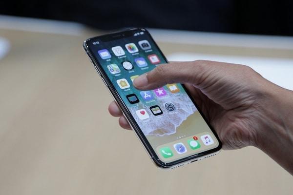 Продажи смартфонов продолжают стремительно падать