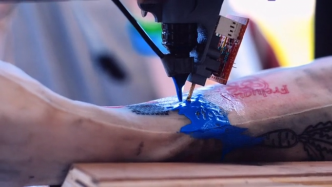 Французы выпустили робота-татуировщика